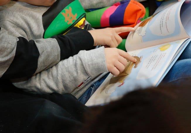 Zwei Jungs lesen zusammen