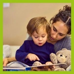 Mutter beim Lesen