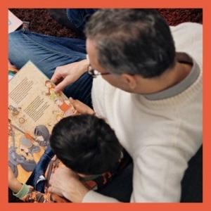 Vater beim Lesen